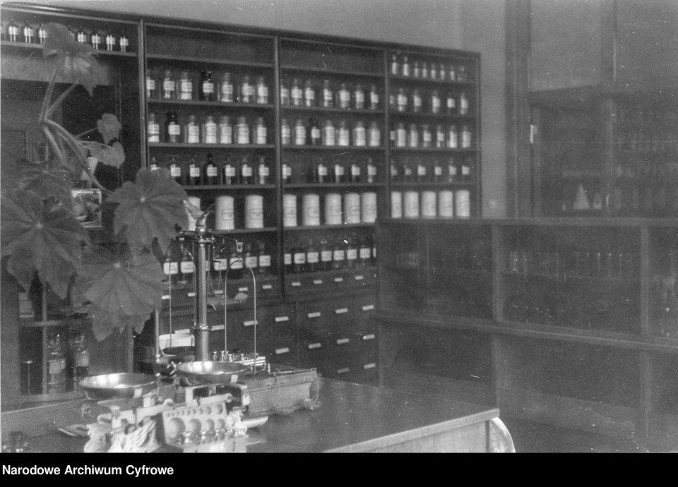 Wnętrze apteki, 1939-1945.