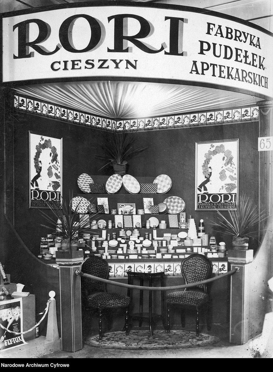 Wystawa Sanitarno-Higieniczna w Warszawie. Ekspozycja pudełek aptekarskich wyprodukowanych w Fabryce Pudełek Aptekarskich RORI w Cieszynie, 1927 r.