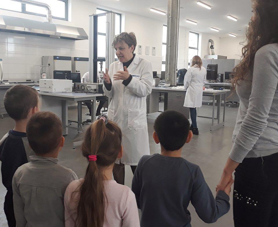 Zarządzająca Centrum Badawczo-Rozwojowym Kronospanu, dr hab. Izabela Siebielska, w prosty sposób tłumaczyła przedszkolakom zjawiska, związane z wodą.