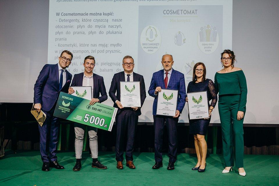Fot. mat. pras. Eko Cykl, trzeci od lewej Paweł Hudaniec, kierownik ds. zakupów drewna recyklingowego Kronospan Polska