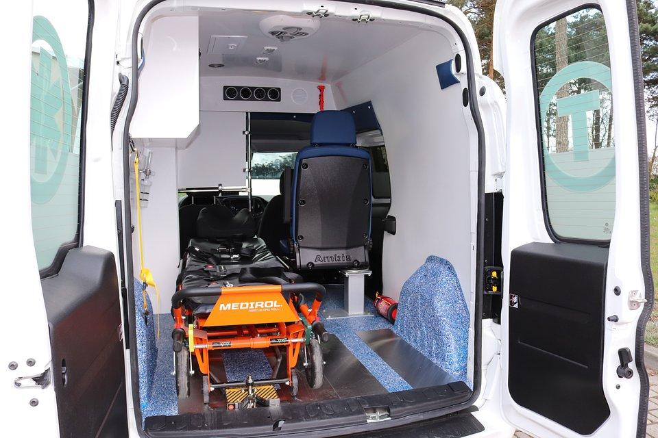 Oprócz samochodu placówka dostała także nosze transportowe i fotel kardiologiczny.