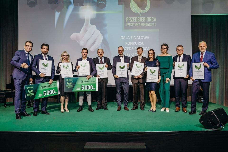 Międzynarodowa Kapituła Konkursu Przedsiębiorca Efektywny Surowcowo 2018 doceniła akcję sadzenia drzew - Kronodrzewko, przyznając firmie Kronospan nagrodę w kategorii Eko - Hit.