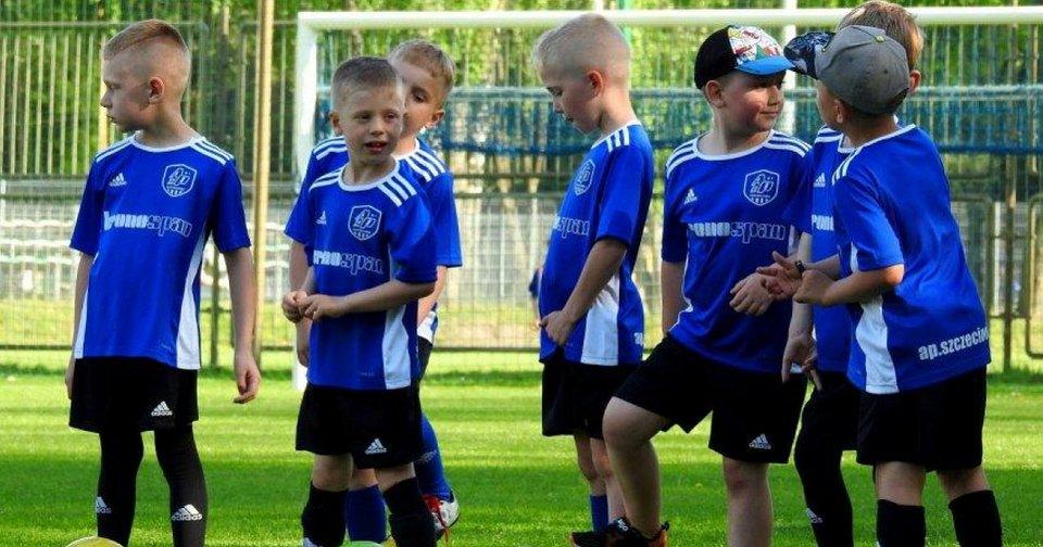 AP_dzieci_w_koszulkach_z_logo_Kronospan.jpg