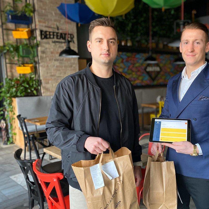 Maciej Wesoły, CEO EMENAGO z pracownikiem restauracji.jpg