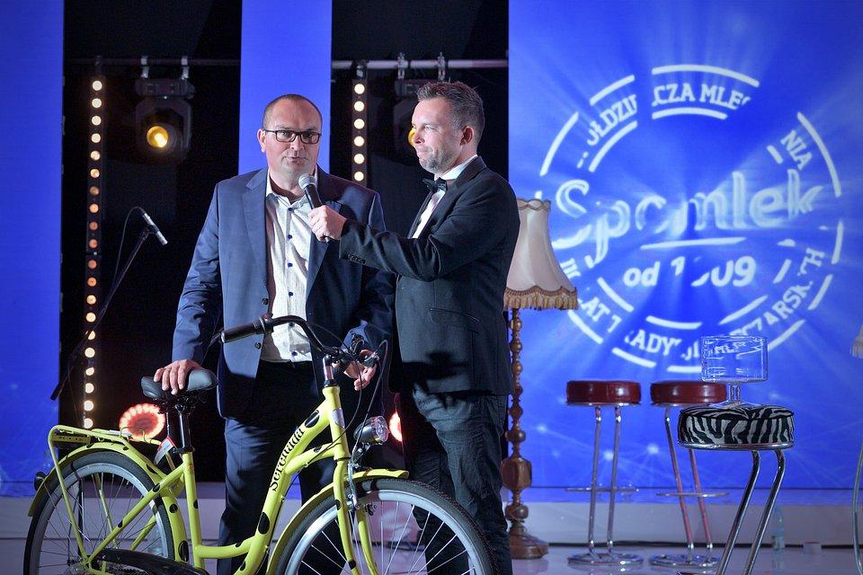 Adam Kulikowski, dostawca mleka do SM Spomlek wygrał nagrodę główną - serenadowy rower