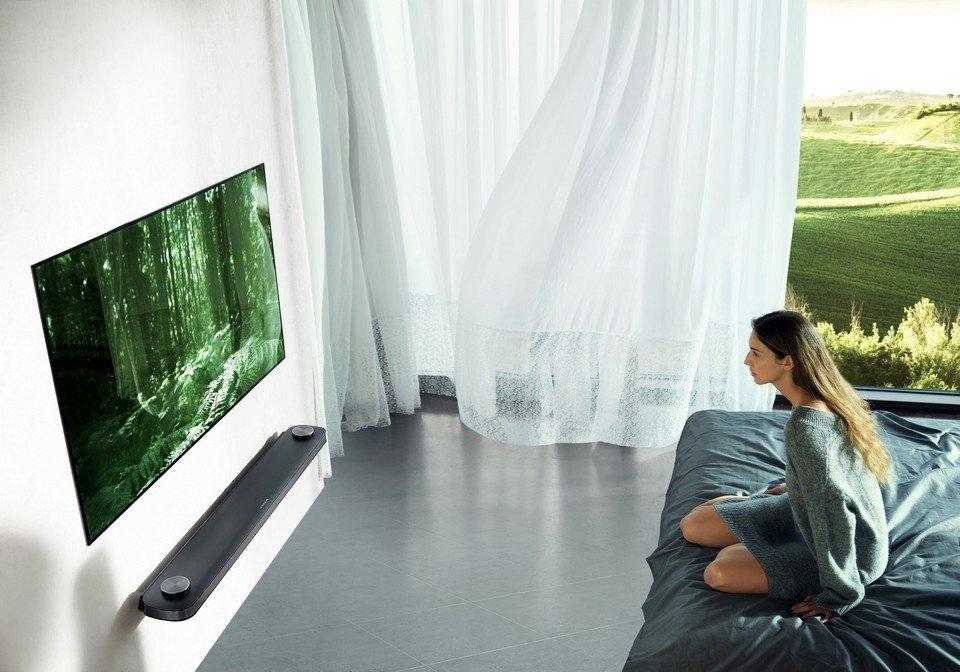 LG OLED W7 Lifestyle_3.jpg