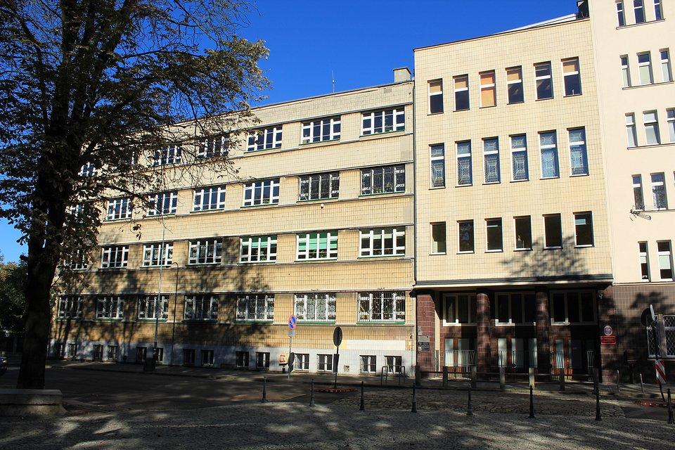 Przed wojną w tym budynku mieściła się szkoła  żydowska, potem nieruchomość przejęło Gestapo... (fot. Instytut Archeologii UŁ)