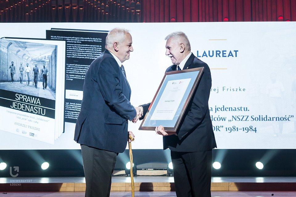IV Gala Konkursu, rok 2018 - Prof. Andrzej Friszke odbiera Nagrodę od Rektora UŁ, Prof. Antoniego Różalskiego (fot. M. Andrzejewski, UŁ)