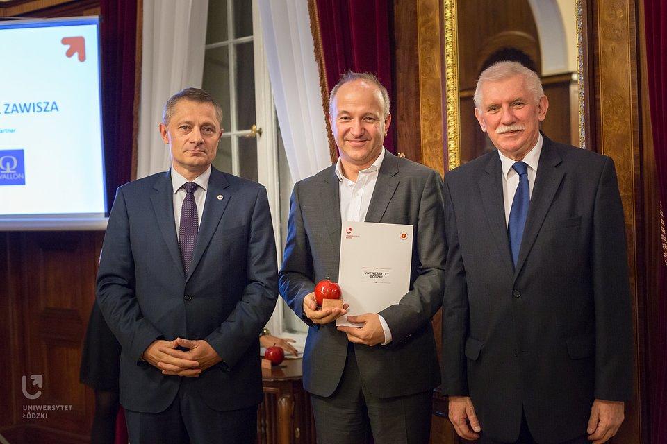 Prezes Michał Zawisza (w środku) odbiera tytuł Absolwenta VIP Uniwersytetu Łódzkiego.