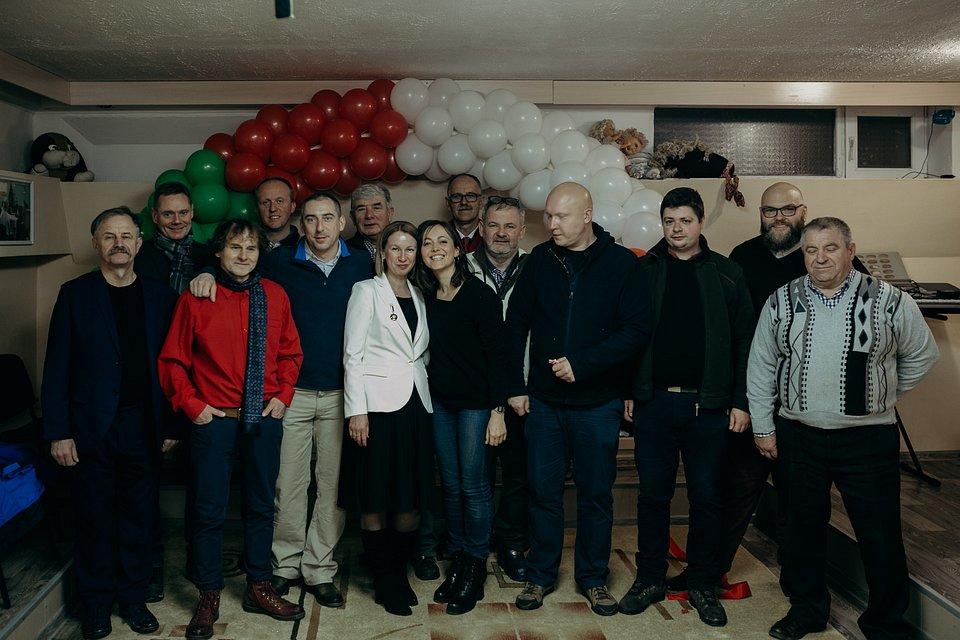 dr Tomasz Lachowski z Uniwersytetu Łódzkiego (trzeci od prawej) po raz kolejny osobiście włączył się do akcji pomocy Polakom w Naddniestrzu. (fot. Marta Rybicka)
