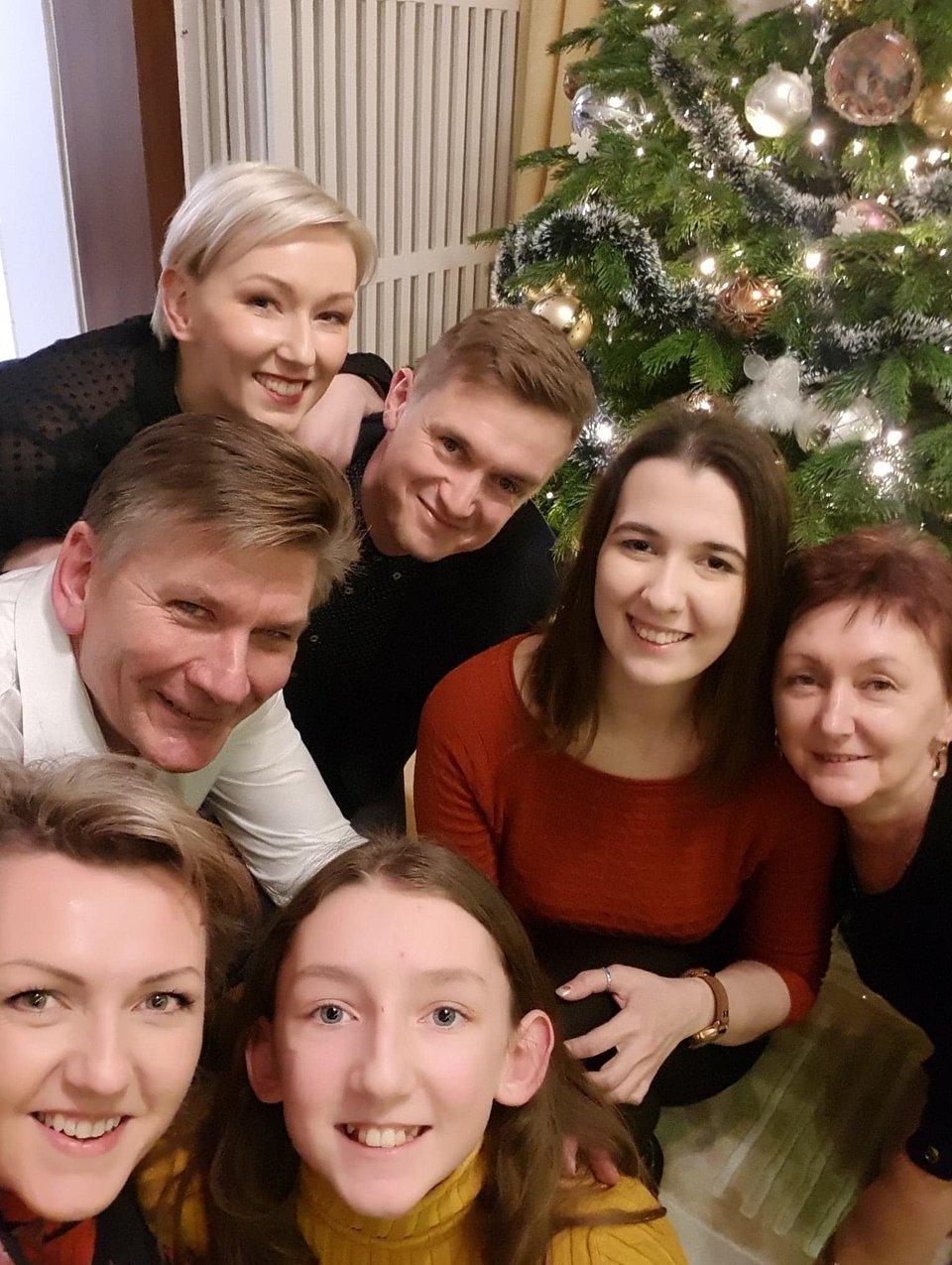 Rzecznik  UŁ Paweł Śpiechowicz z rodziną i Mediną Rzayevą
