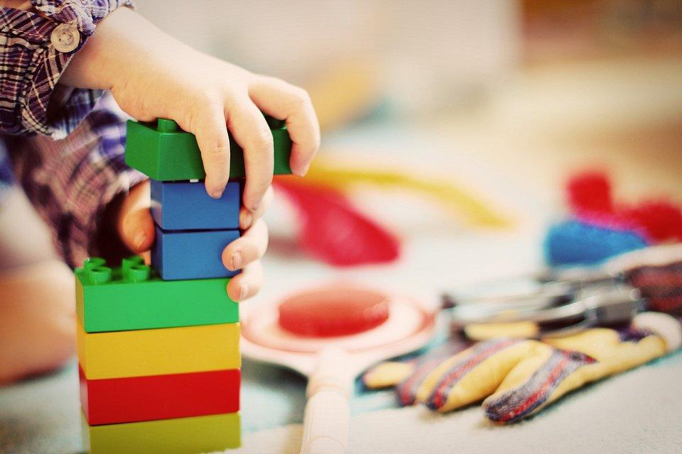 BPA znajduje zastosowanie w wielu artykułach codziennego użytku, takich jak plastikowe opakowania do żywności czy zabawki... (fot. Pixabay)