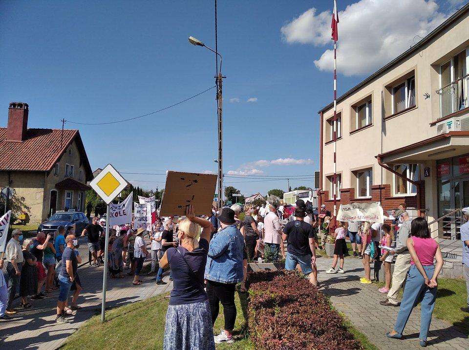 Sierpniowy protest mieszkańców przed urzędem gminy w Dywitach