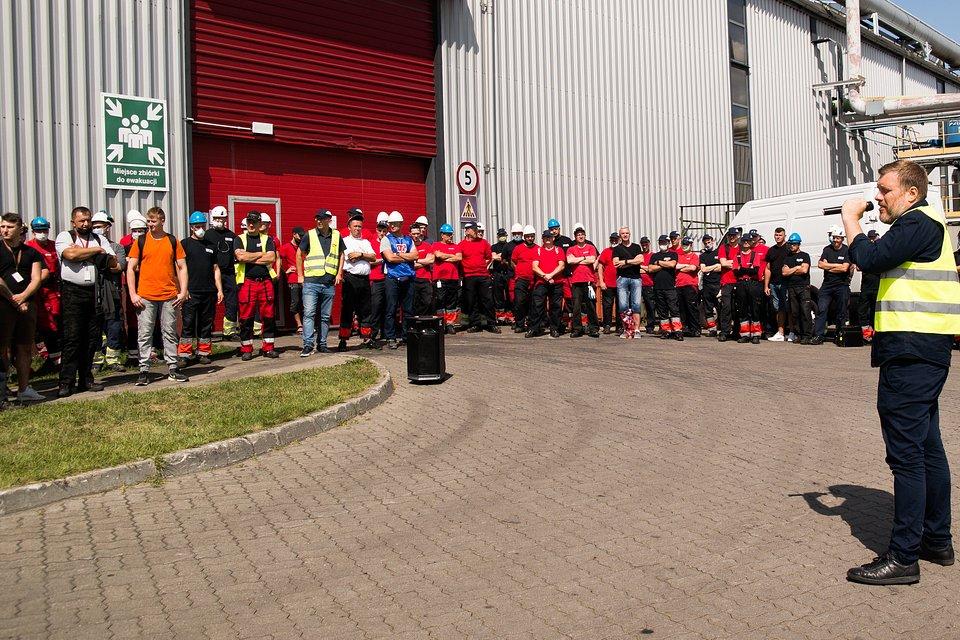Wiec strajkowy w fabryce Paroc w Trzemesznie