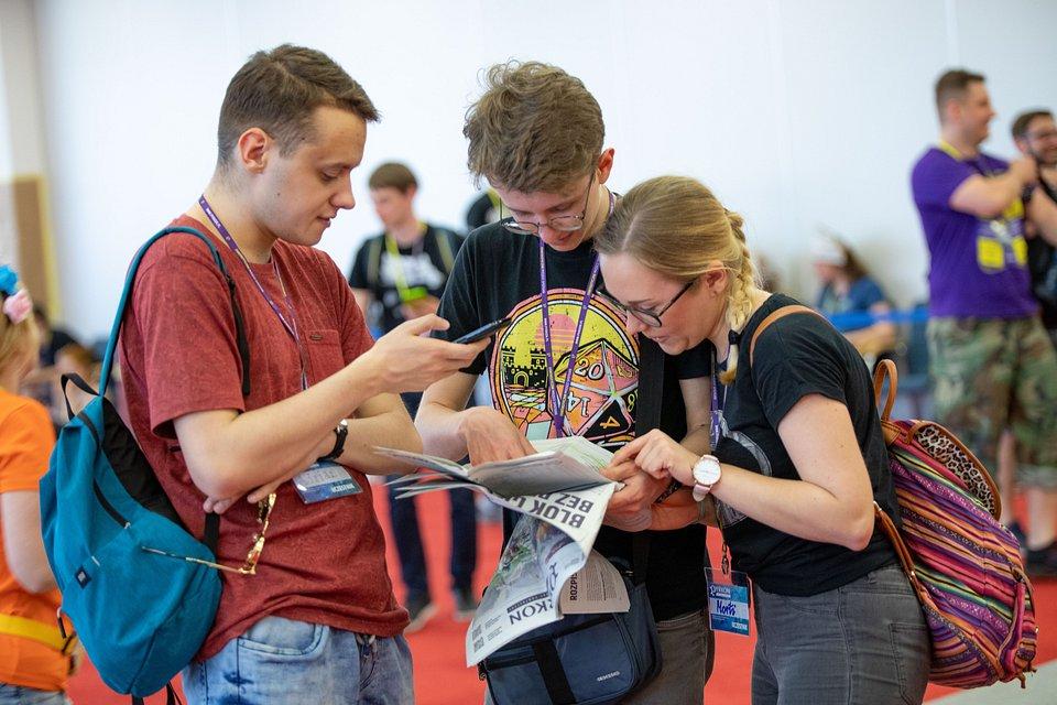 Uczestnicy korzystający z PyrApki i informatora.jpg