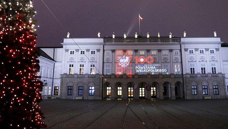 fot. https://www.tvp.info/40602551/iluminacja-na-palacu-prezydenckim-w-100-rocznice-wybuchu-powstania-wielkopolskiego