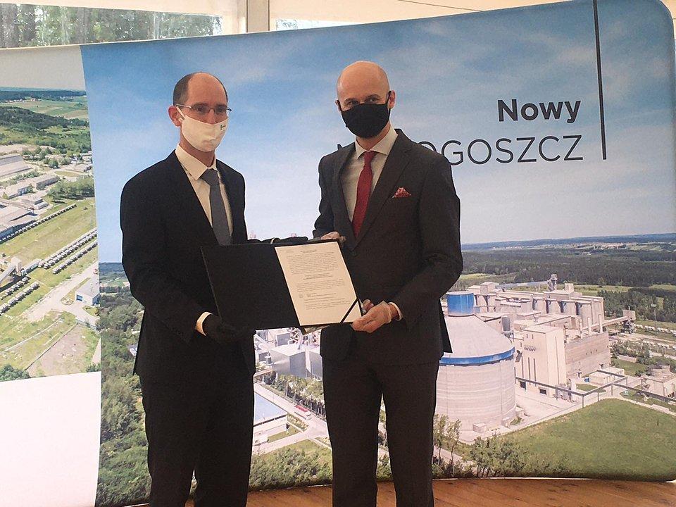 Xavier Guesnu, prezes zarządu Lafarge w Polsce, Wojciech Przybylski, prezes zarządu KPT - wręczenie decyzji o wsparciu