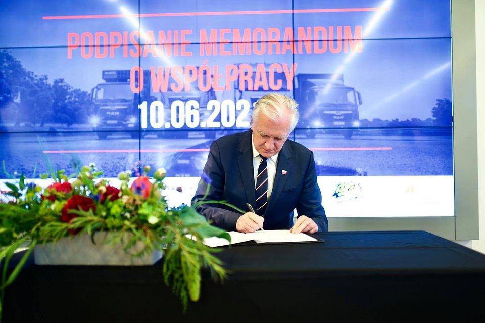 wiceprezes Rady Ministrów, Jarosław Gowin podczas podpisania memorandum
