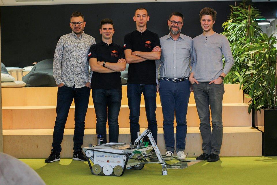 Podczas jednego ze spotkań we wrocławskiej siedzibie Spyrosoft na Nowym Targu. Od lewej: Grzegorz Gembara (Spyrosoft), Michał Piotrowicz (KoNaR), Krystian Mirek (KoNaR), Łukasz Wójcik (Spyrosoft), Mateusz Michalak (KoNaR).