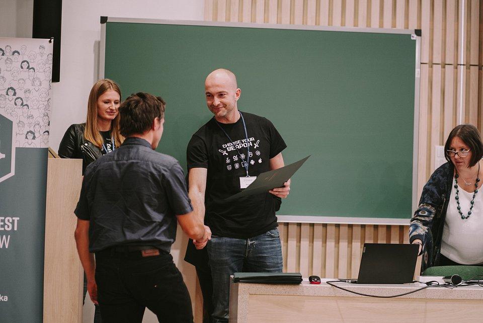 Tomasz Juszczuk, dyrektor Spyrosoft w Białymstoku gratuluje wygranej uczestnikom Białostockiego Testu Informatyków, fot. materiały prasowe Spyrosoft