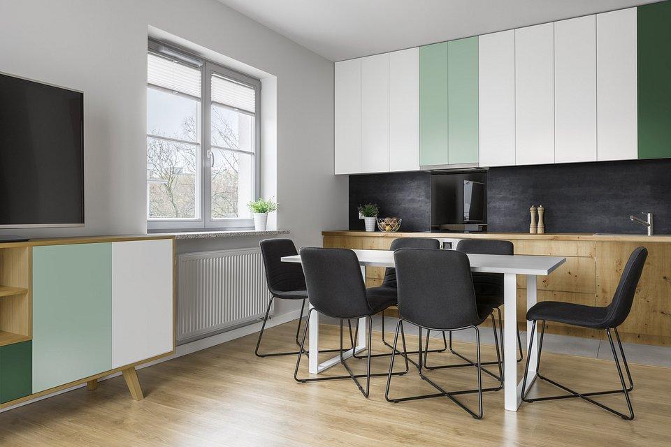 Drewno o autentycznym wyglądzie i ciepłym wybarwieniu, pastelowe kolory na meblach podkreślają styl naturalny w kuchni, fot. materiały prasowe Pfleiderer