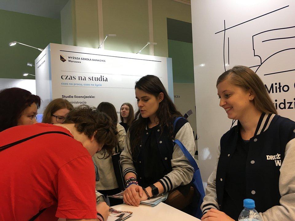 Stoisko Wyższej Szkoły Bankowej w Warszawie cieszyło się dużym zainteresowaniem  na Targach Perspektywy 2019
