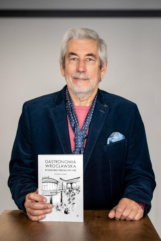 Profesor Romuald M. Łuczyński z nową książką pt. Gastronomia wrocławska w czasach małej stabilizacji (1957-1970) z 2020 r.