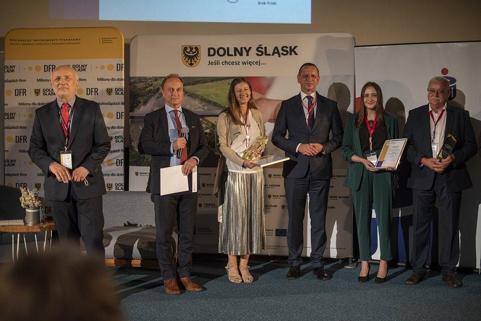 Od lewej: dr hab. Krzysztof Safin, prof. WSB, przewodniczący kapituły Konkursu, prowadzący galę wręczenia nagród Marek Staniewicz Redaktor naczelny miesięcznika