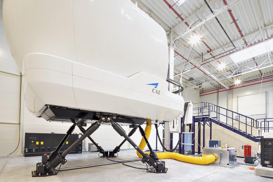 Symulator pełnego lotu Boeinga 737NG, wyprodukowany przez kanadyjską firmę CAE.