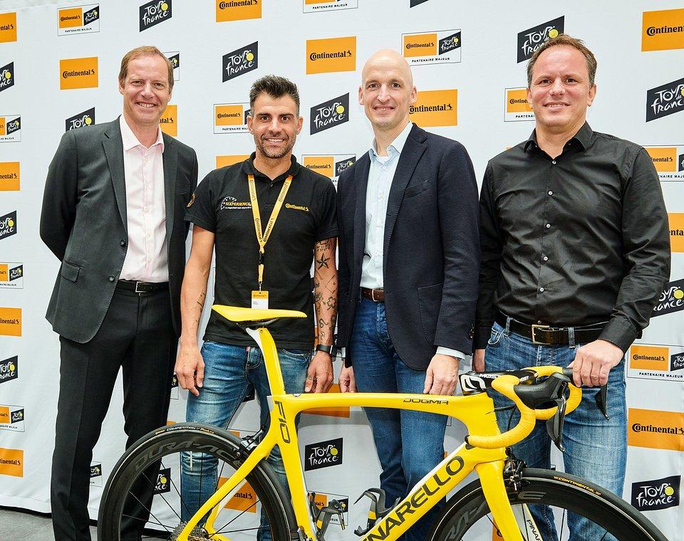 (od lewej): Christian Prudhomme, dyrektor Tour de France, Oscar Pereiro, zwycięzca Tour de France 2006, członek Zarządu Continental AG i dyrektor działu opon, Thomas Falke, Head of BU Two Wheel