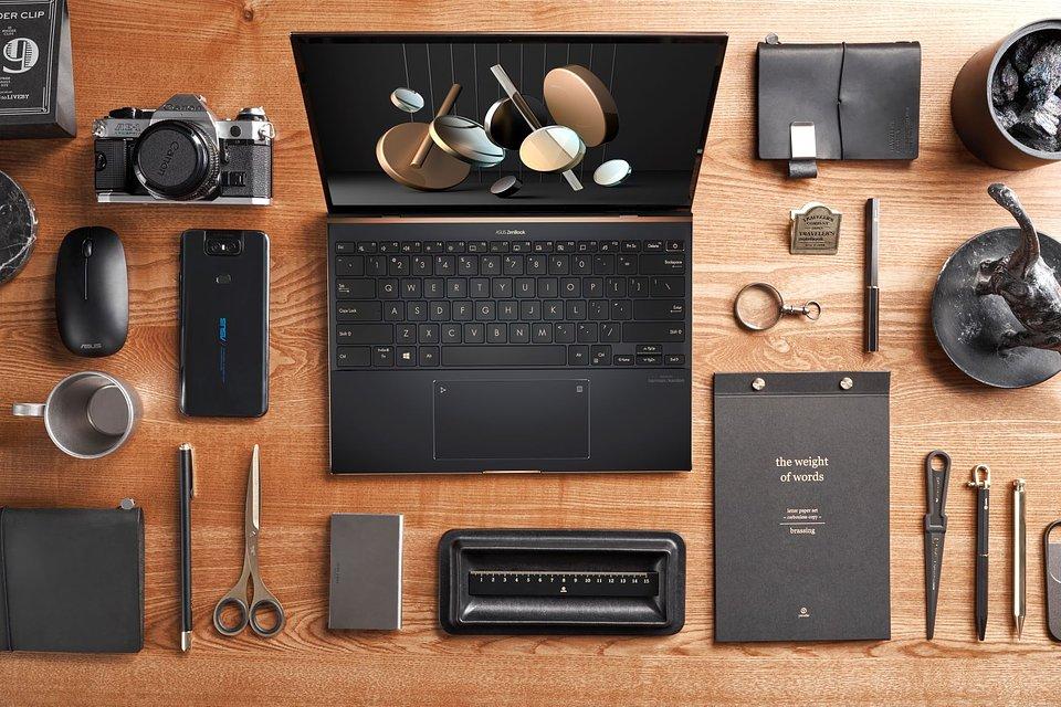 ASUS_ZenBook S UX393_Scenario photo_Edge to edge keyboard.jpg