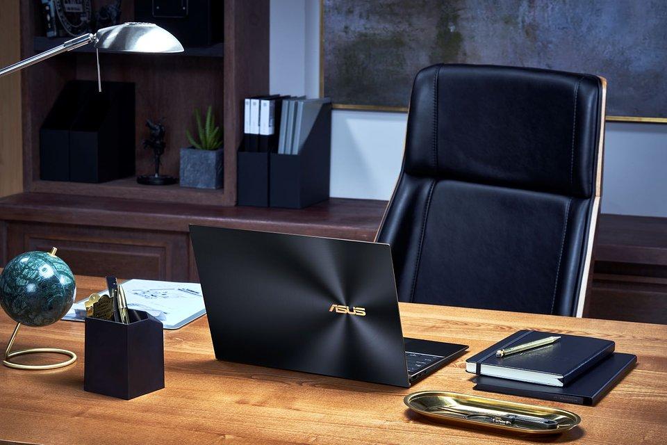 ASUS_ZenBook S UX393_Scenario photo_Jade black and dimond cut.jpg
