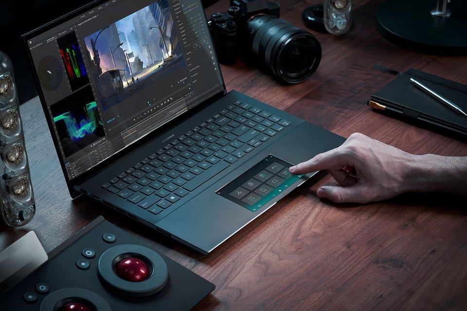 ZenBook Pro 15_UX535_Scenario Photo_ScreenPad.jpg