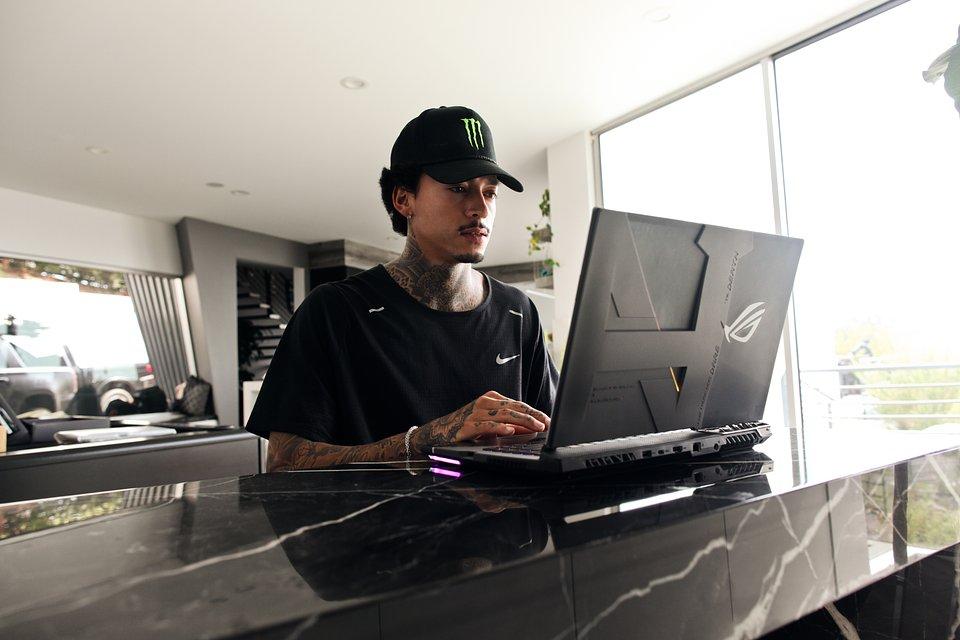 Nyjah Huston i jego laptop