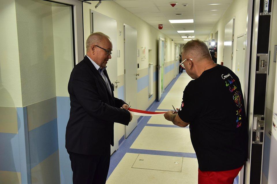 Jerzy Owsiak i Robert Lasota dokonują oficjalnego otwarcia pracowni