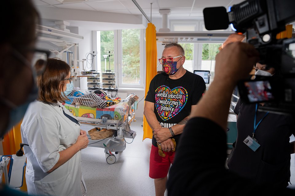 Jurek Owsiak z personelem medycznym podczas wizyty na OIOMie szpitala, fot. Grzegorz Adamek