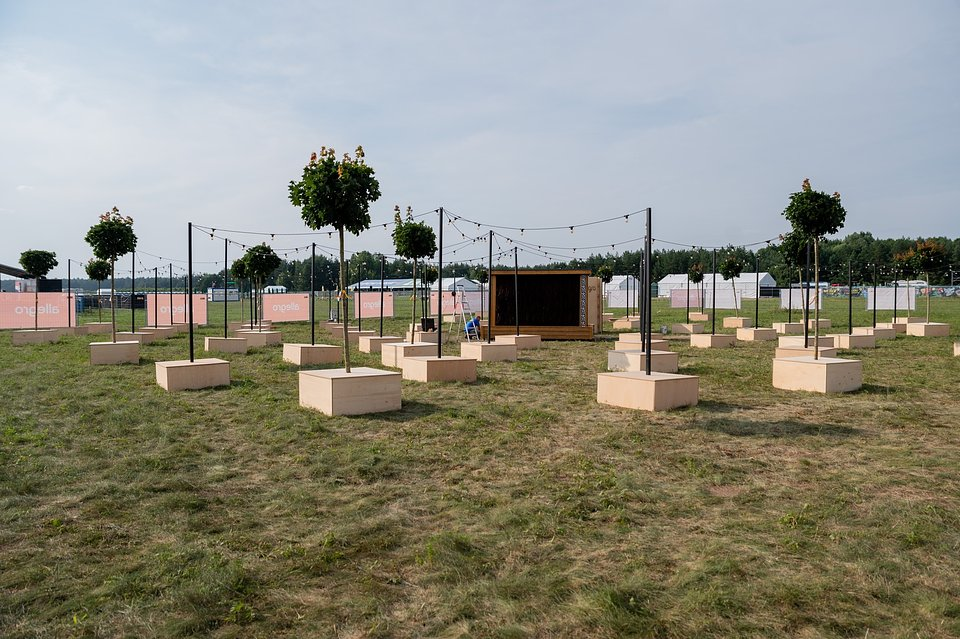 Budowa strefy relaksu w strefie Allegro na 27. Pol'and'Rock Festival. Fot. Dominik Malik