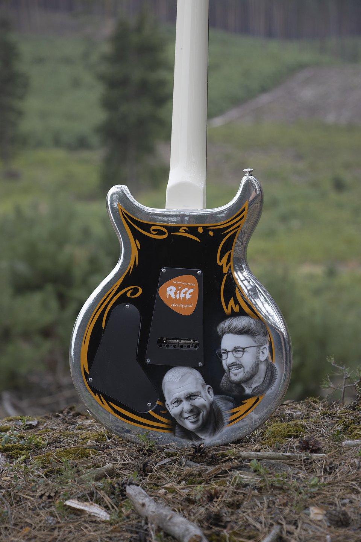 Tył gitary z podobiznami Adama Nowaka oraz Jakobe Mansztajna. fot. Szymon Chwalisz