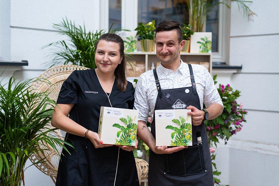 Natalia Borucka z Organique i Karol Przesmycki z Etno Cafe prezentują zestaw do tworzenia peelingów na bazie fusów kawowych.