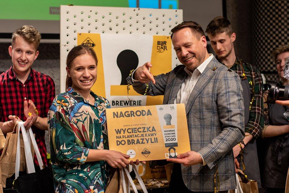 Łukasz Mrowiński, CEO Etno Cafe, wręcza główną nagrodę Adriannie Skrzypek.