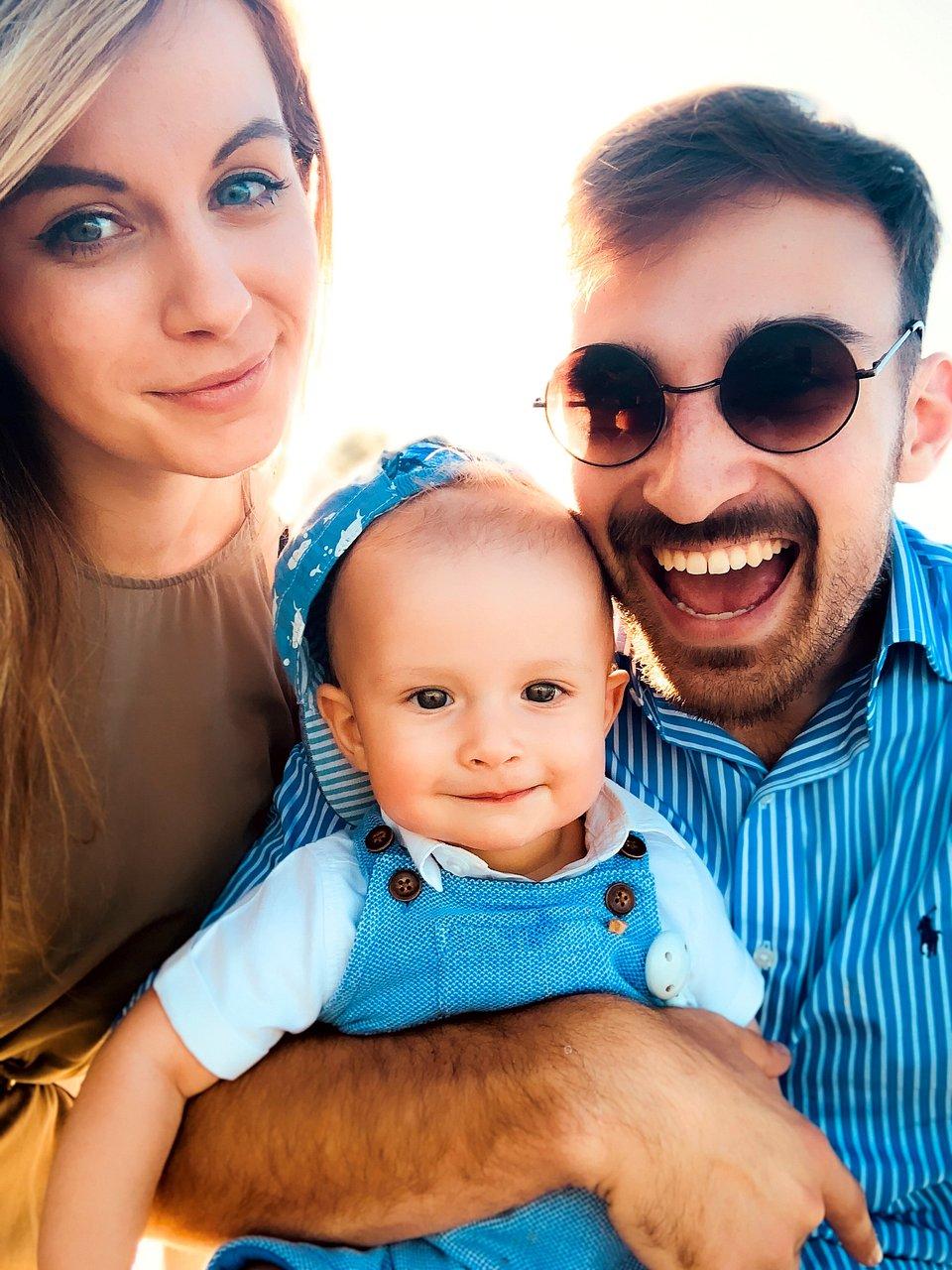Mały Max z rodzicami