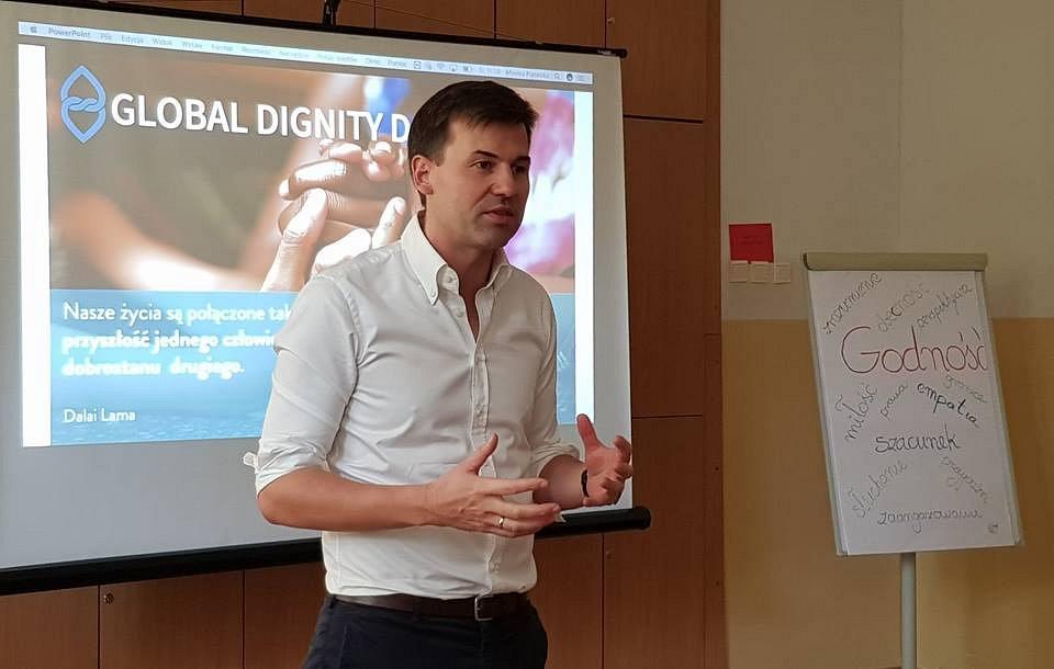 Jacek Olechowski, Prezes Fundacji Global Dignity Poland podczas warsztatów w szkole