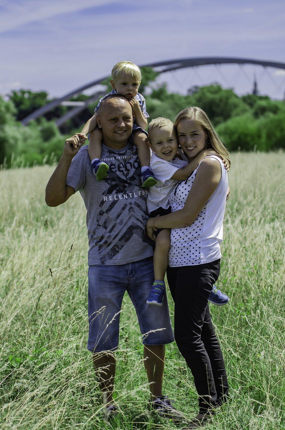 Szymek i Krzyś z rodzicami