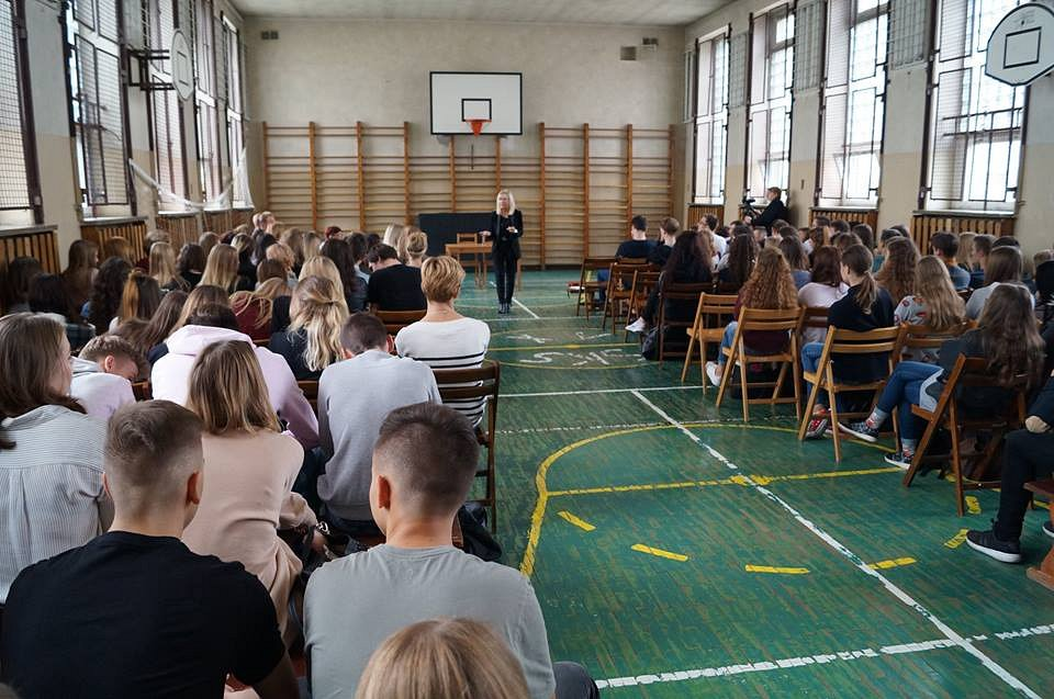 Spotkania z uczniami w szkołach. Na temat empatii rozmawiała z młodzieżą Sędzia Anna Maria Wesołowska
