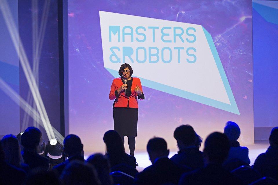 Anna_Azari_Masters&Robots_2018.jpg