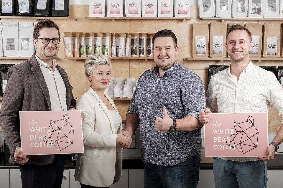 Na zdjęciu przypieczętowanie spółki uściskiem ręki. W środku po lewej Urszula Olechno z Koku Sushi, po prawej Marcin Zalewski z Mobilnego Baristy.