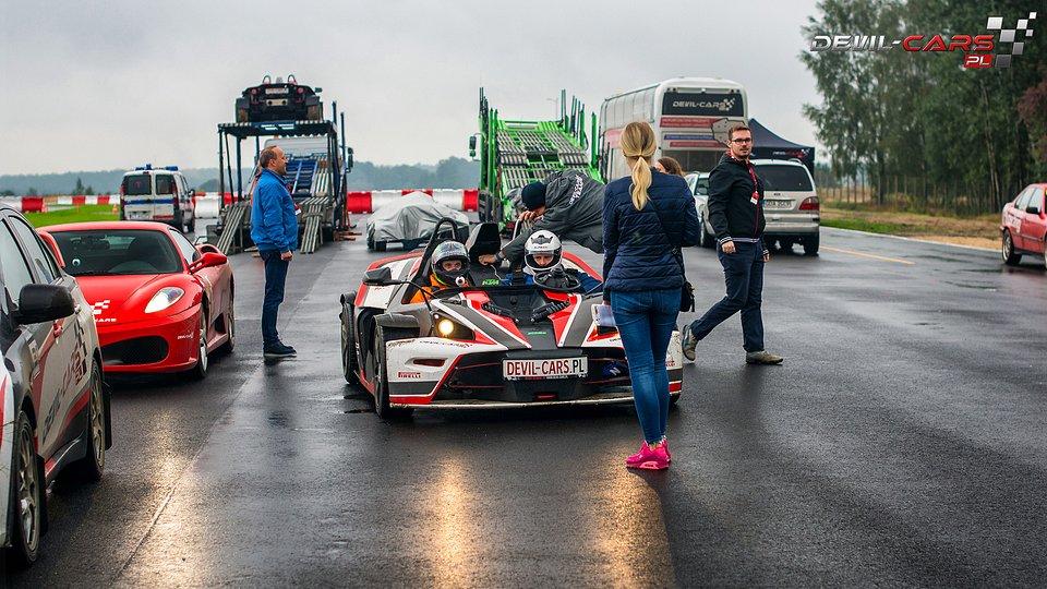 Przejażdżka szybkim autem to zwykle prezent od kobiety.