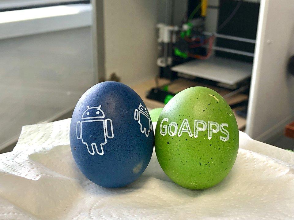 Pisanki pomalowane przez robota GoApps.