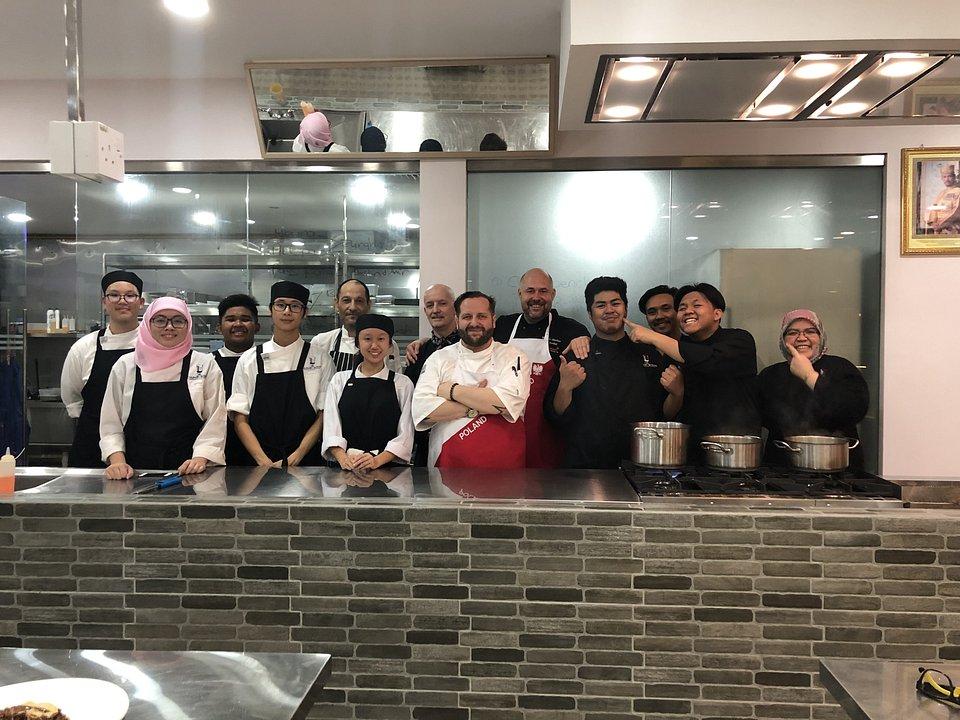 Kucharze z Polski (z przodu Marcin Budynek, właściciel restauracji Fisza w Augustowie, z tyłu Mariusz Olechno, Sushi Chef w Koku Sushi) w otoczeniu swoich studentów z Brunei.