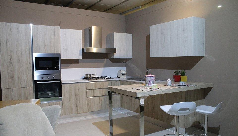 Podwyższony stół oddziela przestrzeń kuchni od salonu.